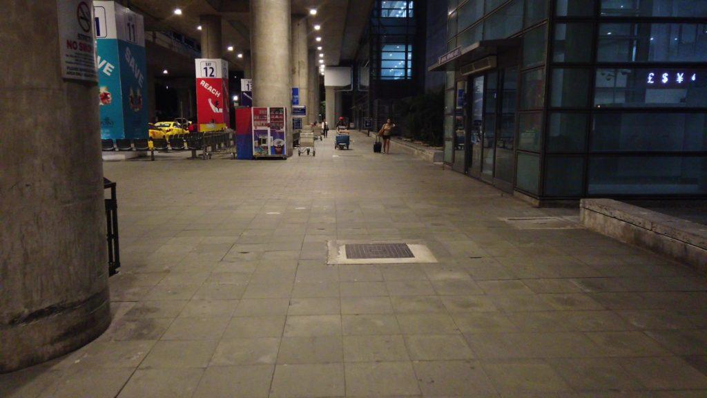 ターミナル3建物の外