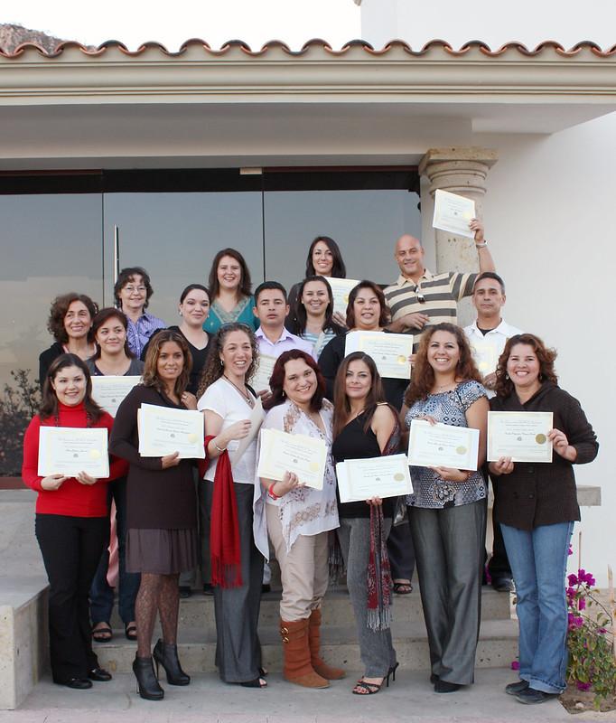TESOL修了証を手に持つメキシコの人たち