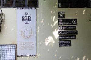 入口付近に貼られているポスター。パリコンテストで賞を受賞と書かれています