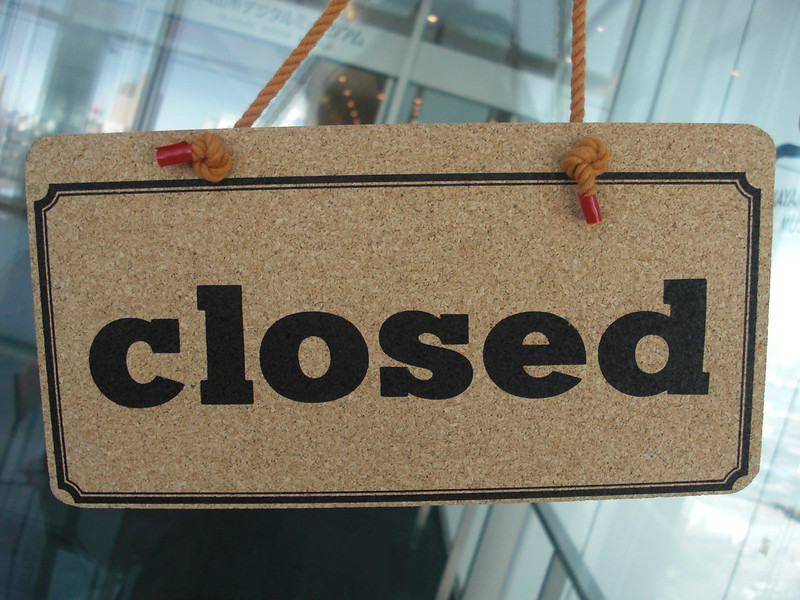 Closedと書かれた立て札