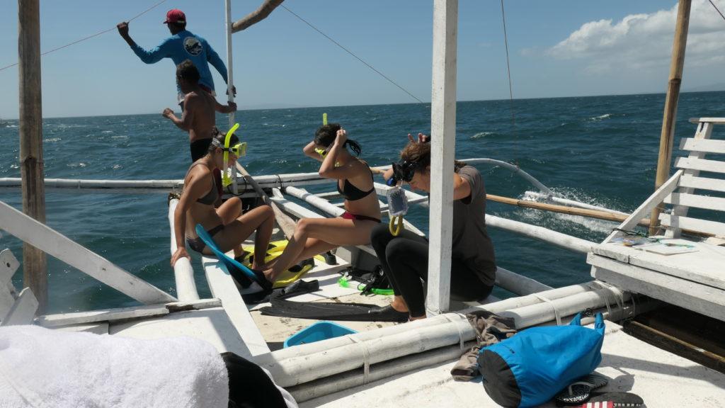 沖にジャンプしようと準備する乗客たち