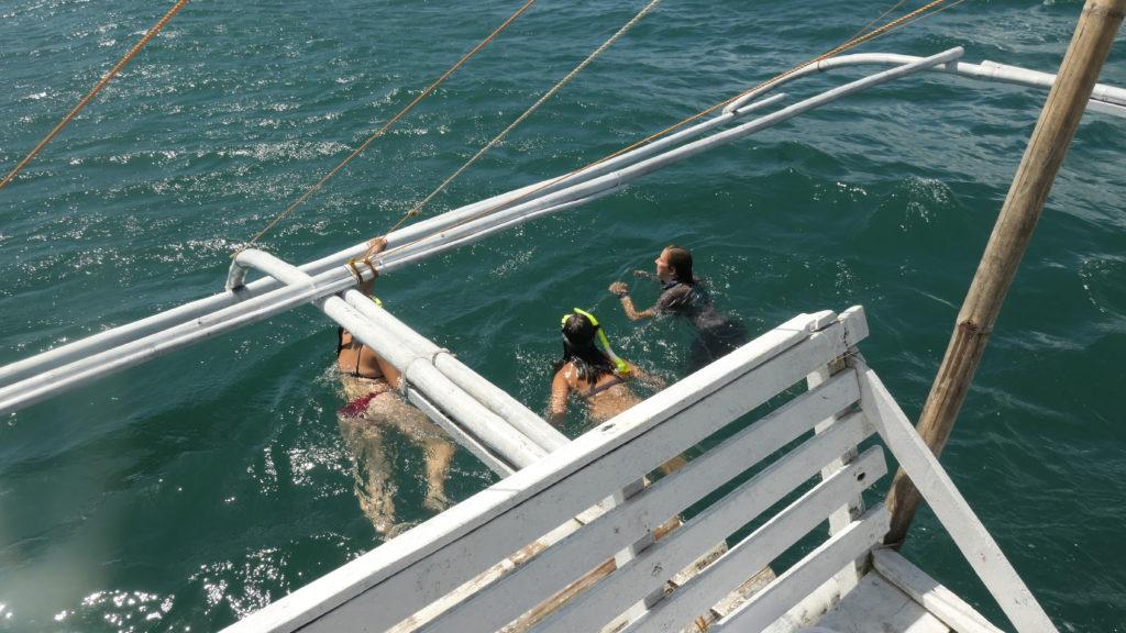 海中を泳ぐ女性たち