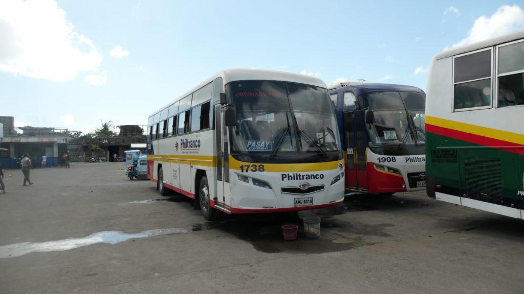 ドンソールバスステーションに停車するフィルトランコマニラ行のバス