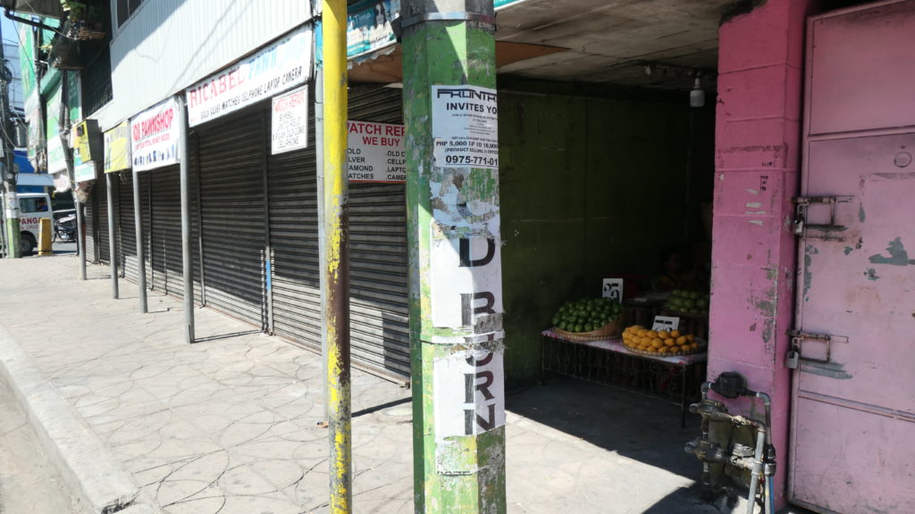 シャッターが閉まっている商店街の中でぽつんと営業している果物屋