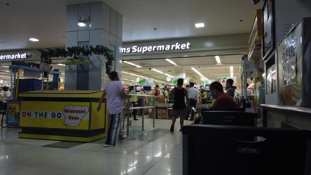 スーパーの入り口