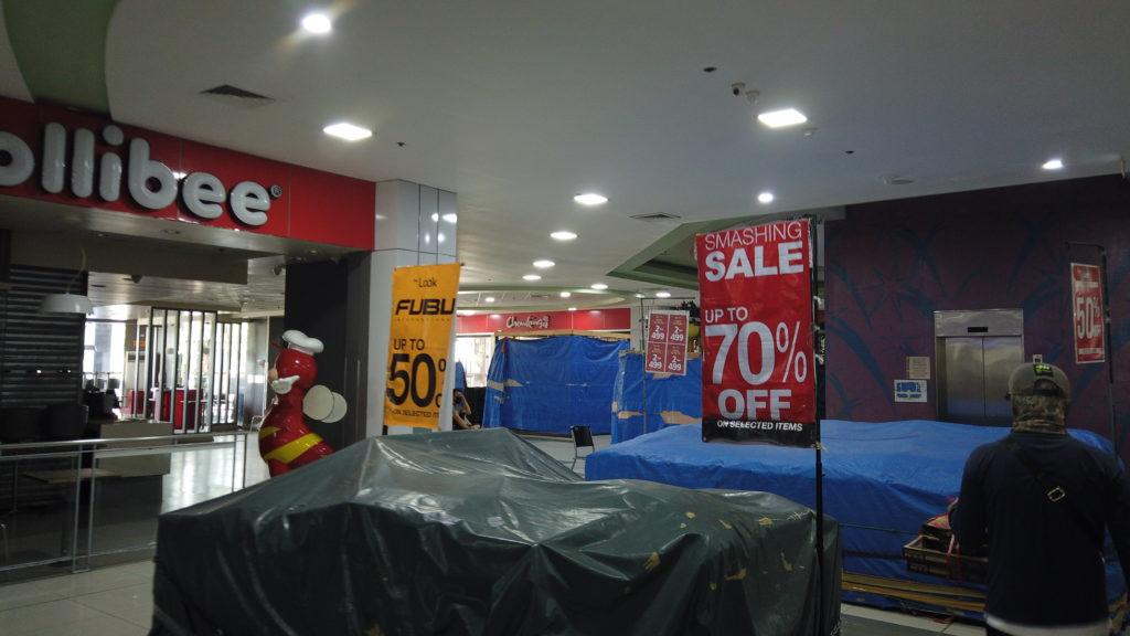 シャッターが閉まっているショッピングセンター内にある添付