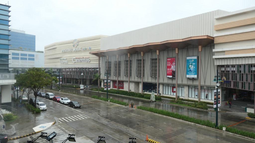 メガワールドのショッピングセンターと映画館