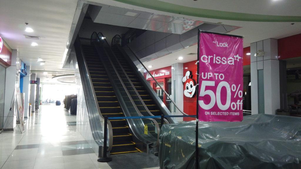 運行が止まっているショッピングセンターのエスカレーター